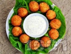 Пържени панирани топчета / хапки от краве и крема сирене в яйца, брашно и галета - снимка на рецептата